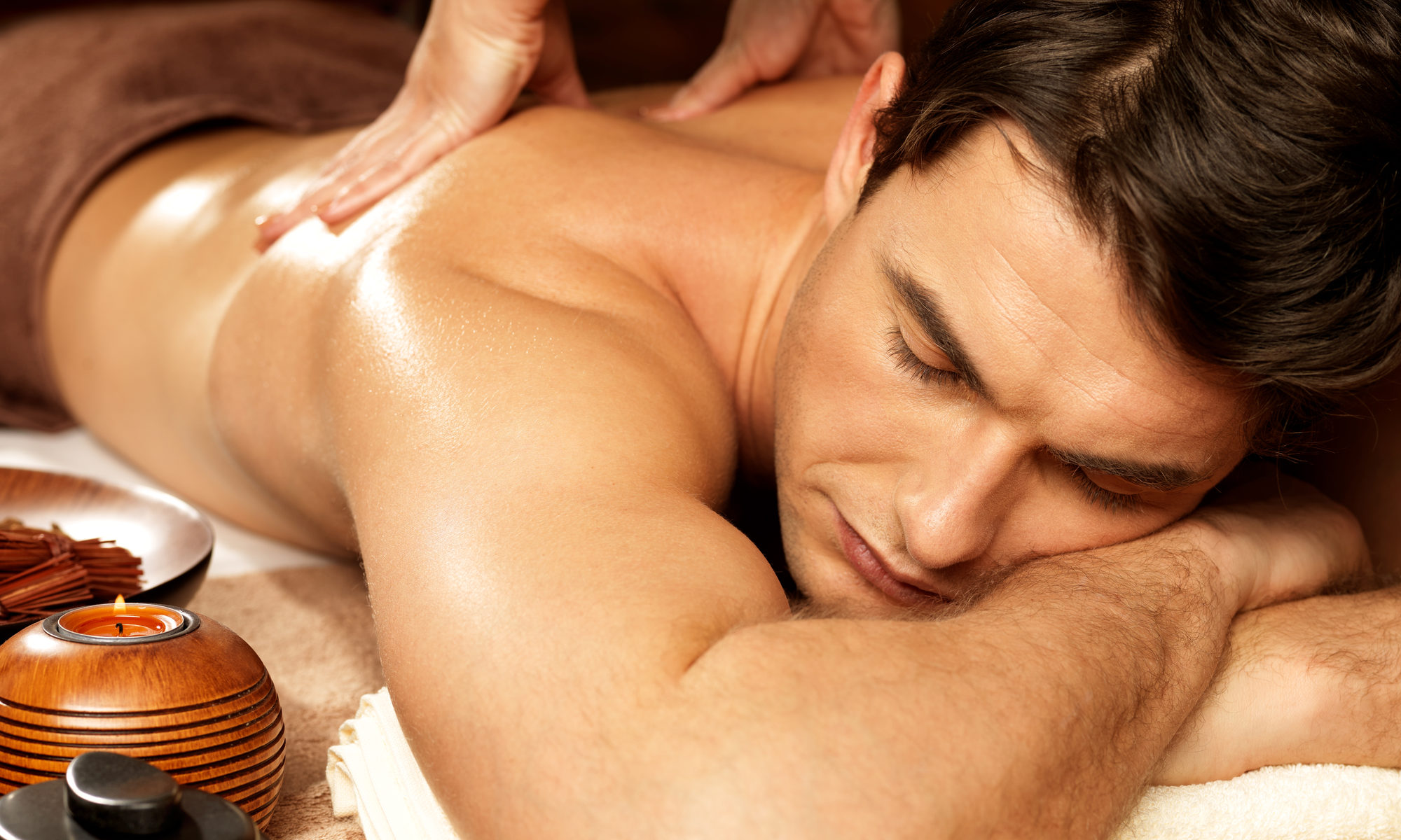 Мужчина на сеансе эротического массажа